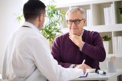 Больной старый пациент с проблемами горла стоковое фото rf