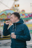 Больной человек кашляя и выпивая горячий кофе Стоковые Изображения