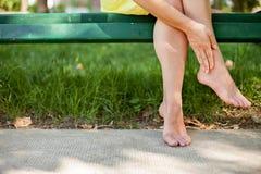 Больные утомленные ноги стоковое фото