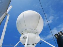 Большая белая система морской навигации на туристическом судне с backround голубого неба Стоковые Изображения