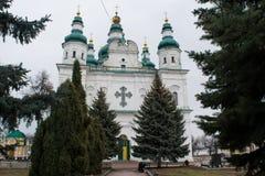 Большая белая старая христианская церковь с крестами и зеленой крышей Стоковые Фотографии RF