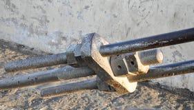 Большая веревочка металла приспособленная с гайкой и болтом Стоковое Изображение
