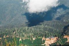 Большая возвышенность, взгляд от гор в лесе лета стоковое изображение
