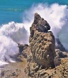 Большая волна разбивает на утесах Стоковое фото RF