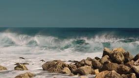 Большая волна ударяя утесы сток-видео