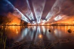 Большая выставка огня с прожекторами и сериями дыма над beautif Стоковое Изображение RF