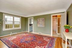 Большая гостиная с шикарным оформлением и зелеными стенами стоковые фотографии rf
