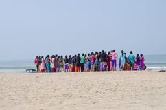 Большая группа в составе девушки на seashore Стоковое Изображение