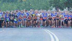 Большая группа в составе идущие девушки и мальчики на старте выравниваются Стоковое Изображение RF