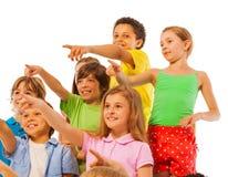 Большая группа в составе мальчики и девушки детей указывая палец Стоковая Фотография