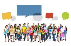 Большая группа в составе международный усмехаться студентов иллюстрация штока