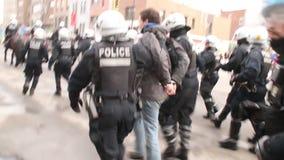 Большая группа в составе офицеры полиции по охране общественного порядка арестовывает человека - HD 1080p сток-видео