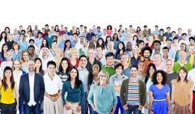 Большая группа в составе разнообразные многонациональные жизнерадостные люди стоковые фотографии rf