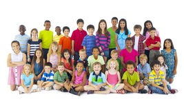 Большая группа в составе усмехаться детей Стоковые Изображения