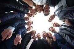 Большая группа в составе colleaguesembraced в круге, сильной концепции ab Стоковые Фотографии RF