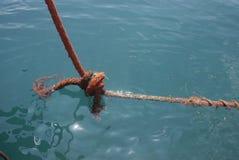 Большая грязная старая веревочка и огромный узел в море Стоковые Изображения RF