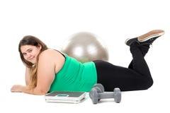 Большая девушка с шариком тренировки Стоковые Изображения RF