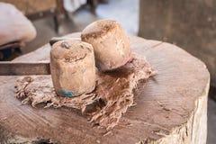 2 большая деревянная бумага молотка и шелковицы на деревянном журнале Стоковое фото RF