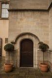 Большая деревянная дверь закрыла старую крепость в каменной стене замка в Германии на Рейне Стоковое Изображение