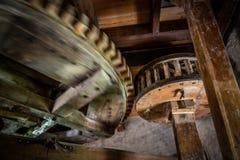 Большая деревянная шестерня стоковые фото