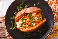 Большая еда: сладкие картофели испекли с плавленым сыром, маслом и p Стоковая Фотография