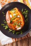 Большая еда: сладкие картофели испекли с плавленым сыром, маслом и p Стоковые Изображения