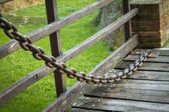 Большая железная цепь на старом конце моста замка вверх Стоковые Изображения RF