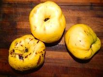 Большая желтая айва 3 на деревянной доске Плодоовощ Стоковые Фото