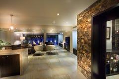 Большая живущая комната с винным погребом стоковая фотография