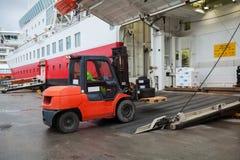 Большая загрузка пассажирского корабля с подъемноым-транспортировочн механизмом Стоковые Изображения RF