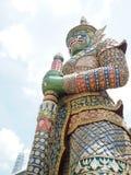 Большая зеленая гигантская статуя на виске Таиланда Стоковые Фотографии RF