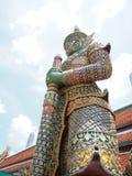 Большая зеленая гигантская стойка статуи с солнечностью Стоковые Фото