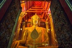 Большая золотая статуя Будды в виске на виске Wat Phanan Choeng Worawihan стоковая фотография rf
