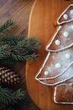 Большая испеченная рождественская елка лежа на таблице Стоковое фото RF
