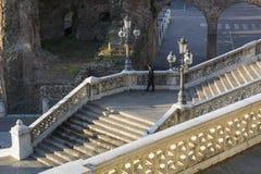Большая итальянская лестница с фонариками и каменным banister Стоковая Фотография RF