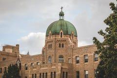 Большая католическая церковь с облачным небом над более близким взглядом Стоковое Изображение