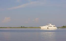 Большая, красивая, белая яхта Стоковое Изображение