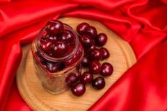Большая красная вишня в опарнике Стоковая Фотография RF