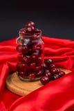 Большая красная вишня в опарнике Стоковое Фото