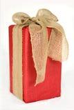 Большая красная подарочная коробка рождества обернутая в смычке мешковины Стоковое Фото