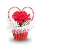 Большая красная роза с концепцией ленты сердца в корзине изолированной на белой предпосылке Творение влюбленности Стоковая Фотография