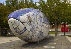 Большая красочная скульптура рыб в пешеходной зоне на набережной Donegall в районе доков ` s Белфаста который был восстанавливан Стоковое фото RF