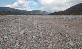 Большая кровать гравия русла реки без воды с стоковое фото rf