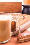 Большая кружка горячего какао с печеньями пены и шоколада Стоковые Фотографии RF