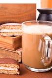 Большая кружка горячего какао с половинами печенья пены и шоколада Стоковые Изображения