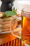 Большая кружка крупного плана чая и шоколадного торта Стоковое Изображение