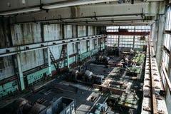 Большая мастерская в покинутой фабрике, покинутая промышленная концепция Стоковое Изображение RF