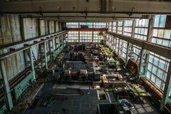 Большая мастерская в покинутой фабрике, покинутая промышленная концепция Стоковые Изображения RF