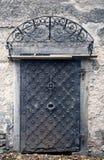 Большая металлическая старая дверь Историческая дверь дома, один лист тимберса, закрытое черное ворот Стоковые Изображения