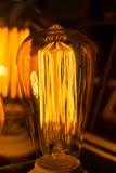 Большая накаляя лампа приведенная удара нити Стоковые Изображения